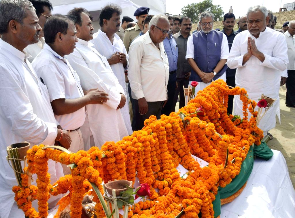 Bihar Chief Minister Nitish Kumar pays floral tribute to former minister Bhola Prasad Singh at Digha Ghat in Patna on Oct 10, 2017. Also seen Bihar Deputy Chief Minister Sushil Kumar Modi. - Nitish Kumar, Bhola Prasad Singh and Sushil Kumar Modi