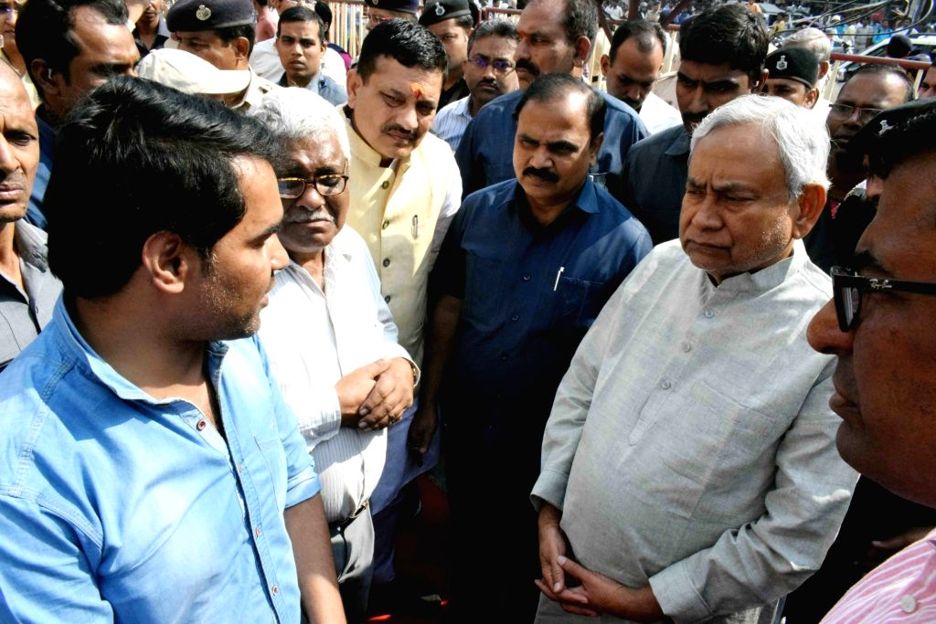 Bihar Chief Minister Nitish Kumar pays his condolences to the family members of mathematician Vashishtha Narayan Singh ahead of his last rites in Patna on Nov 14, 2019. - Nitish Kumar and Vashishtha Narayan Singh