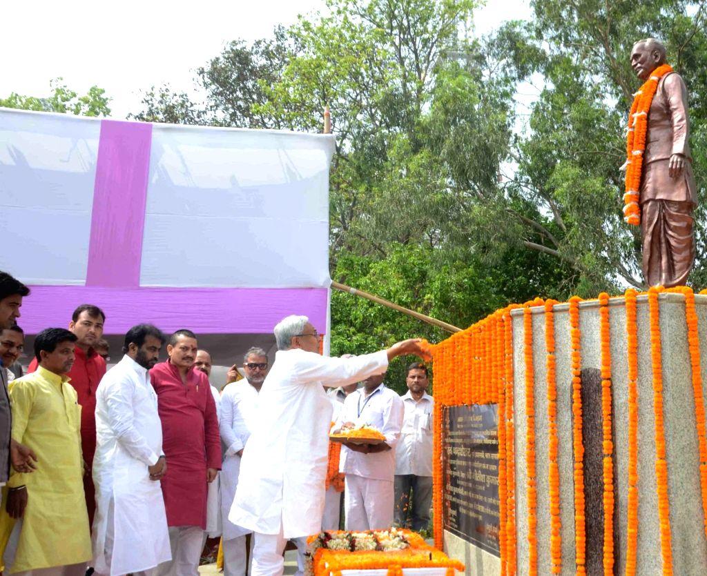 Bihar Chief Minister Nitish Kumar pays tribute to former prime minister of India Chandra Shekhar on his birth anniversary in Patna, on April 17, 2016. - Nitish Kumar
