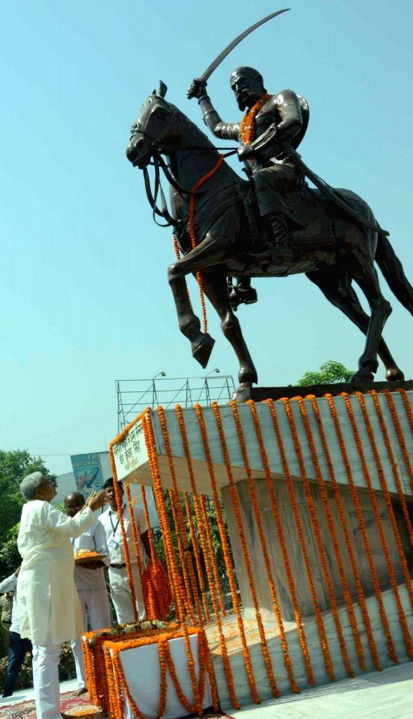 Bihar Chief Minister Nitish Kumar pays tribute to Veer Kunwar Singh in Patna on April 23, 2016. - Nitish Kumar and Kunwar Singh