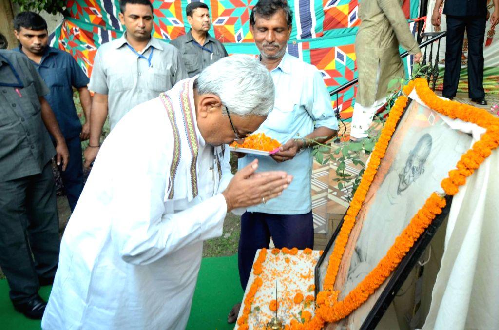 Bihar Chief Minister Nitish Kumar pays tribute to Mahatma Gandhi on centenary of Champaran Satyagraha in Patna on Aug 14, 2016. - Nitish Kumar