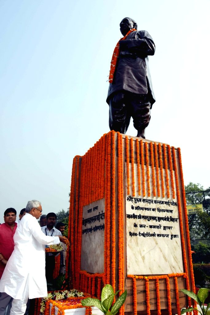 Bihar Chief Minister Nitish Kumar pays tribute to Sardar Vallabhbhai Patel on his birth anniversary in Patna on Oct 31, 2016. - Nitish Kumar and Sardar Vallabhbhai Patel