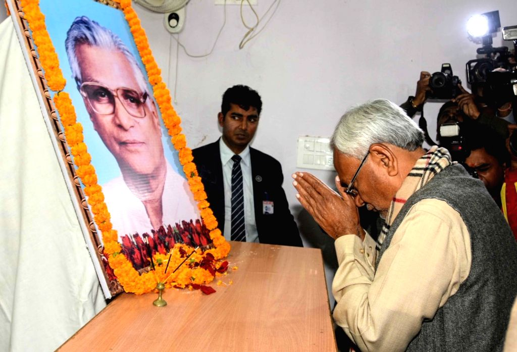 Bihar Chief Minister Nitish Kumar pays tribute to Former Defence Minister George Fernandes who died in New Delhi after prolonged illness; in Patna on Jan 29, 2019. - Nitish Kumar and Fernandes