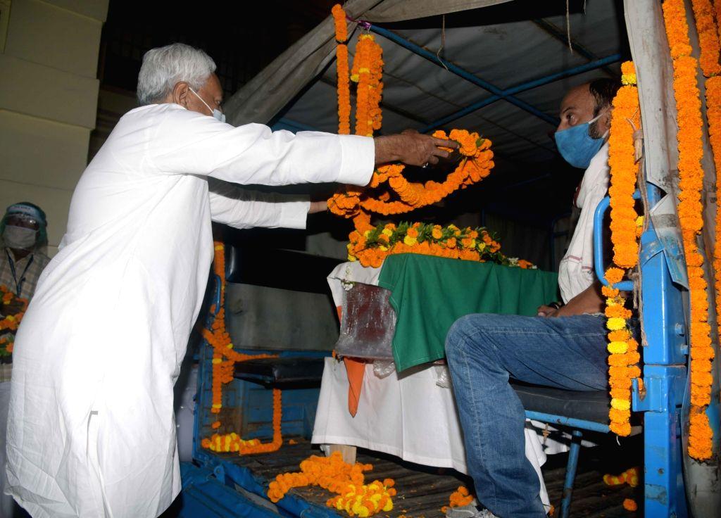 Bihar Chief Minister Nitish Kumar pays tributes to Rashtriya Janata Dal (RJD) leader and former Union minister Raghuvansh Prasad Singh who passed away at AIIMS in Delhi, after his mortal ... - Nitish Kumar and Raghuvansh Prasad Singh