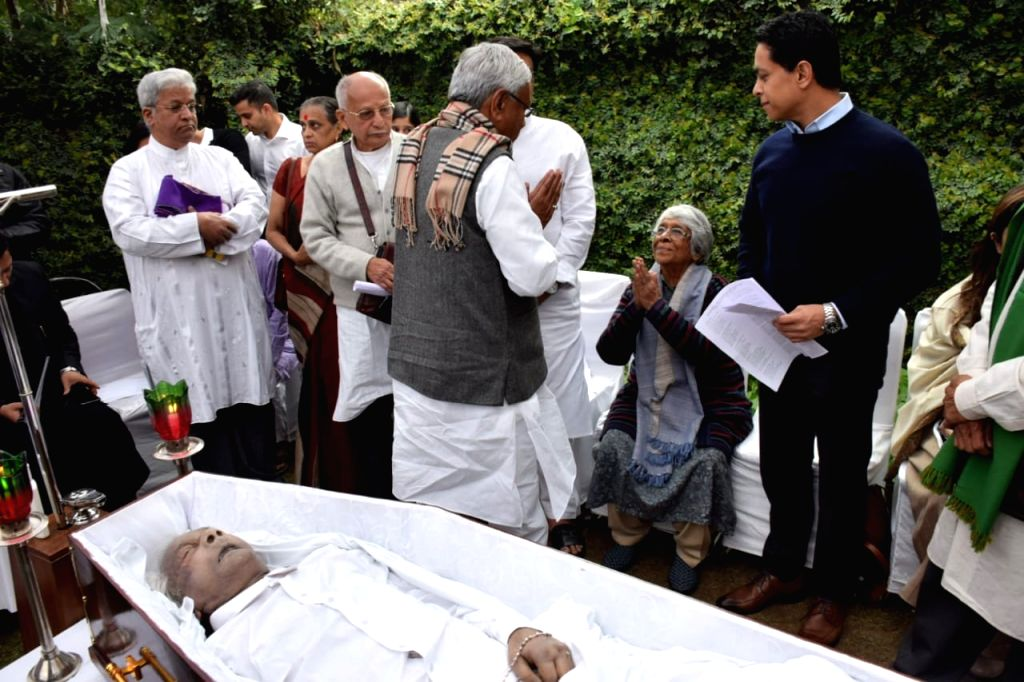 Bihar Chief Minister Nitish Kumar pays tributes to Former Defence Minister George Fernandes, who passed away at the age of 88 after prolonged illness, in New Delhi, on Jan 31, 2019. - Nitish Kumar and Fernandes