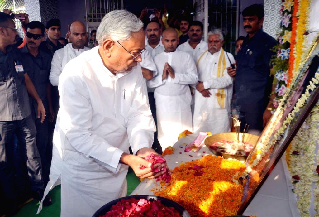 Bihar Chief Minister Nitish Kumar pays tributes to former JD-U MLA Neeta Chaudhary who died in a cylinder blast, in Patna on June 13, 2019. - Nitish Kumar and Neeta Chaudhary