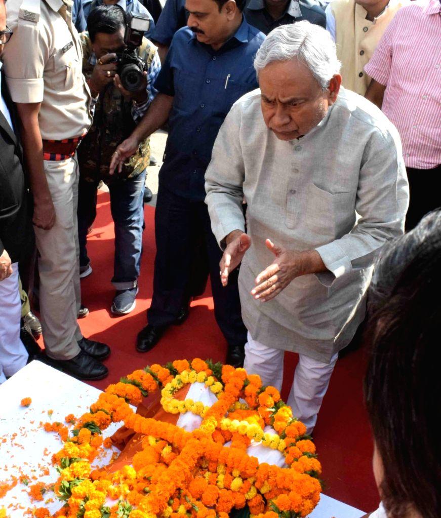 Bihar Chief Minister Nitish Kumar pays tributes to mathematician Vashishtha Narayan Singh ahead of his last rites in Patna on Nov 14, 2019. - Nitish Kumar and Vashishtha Narayan Singh