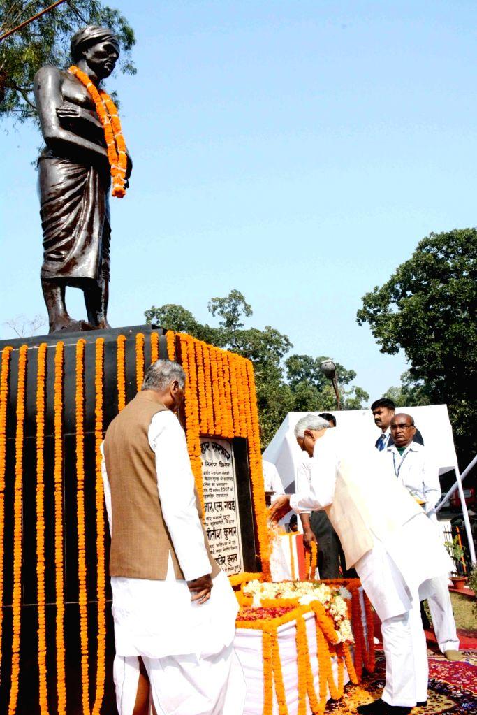 Bihar Chief Minister Nitish Kumar pays tributes to tribal leader Birsa Munda on his birth anniversary in Patna on Nov 15, 2019. - Nitish Kumar and Birsa Munda