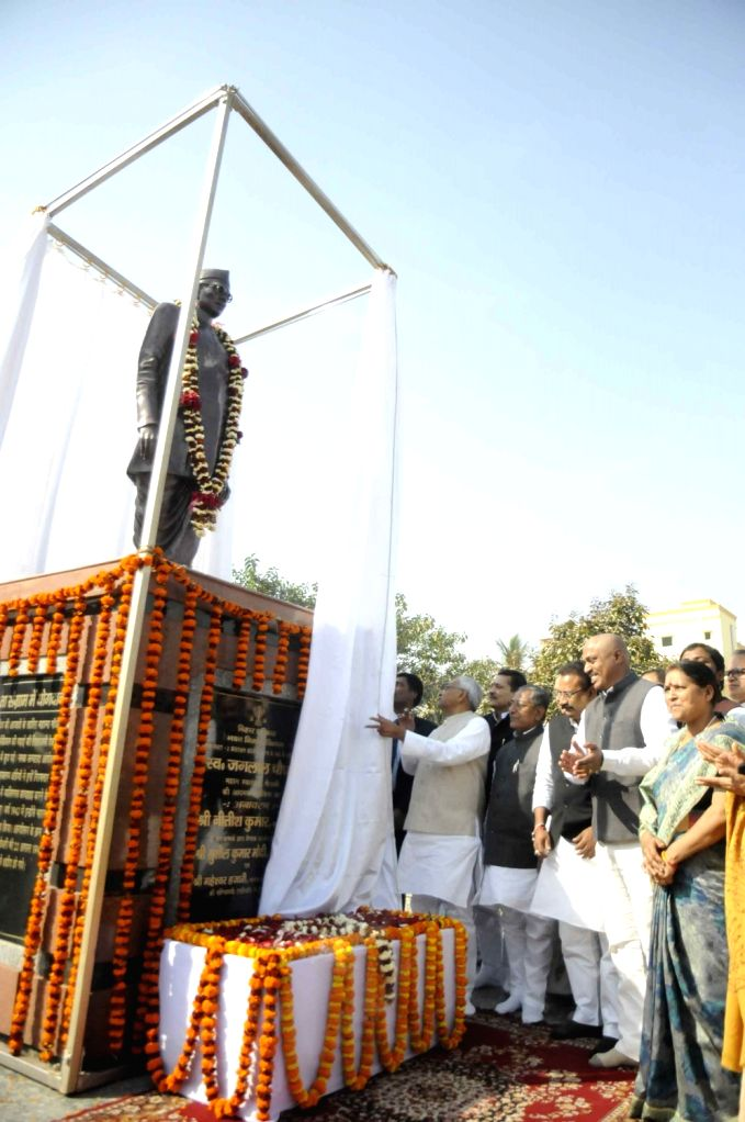 Bihar Chief Minister Nitish Kumar unveils the statue  of freedom fighter Jaglal Choudhary on his birth anniversary in Patna on Feb 5, 2018. - Nitish Kumar and Jaglal Choudhary