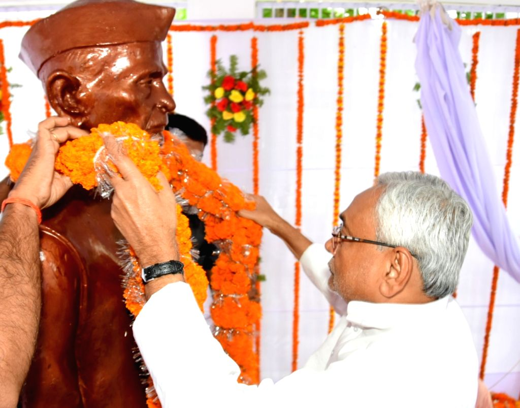 Bihar Chief Minister Nitish Kumar unveils the statue of freedom fighter Ram Ekbal Singh Warsi on his death anniversary, in Patna on Oct 10, 2019. - Nitish Kumar and Ekbal Singh Warsi