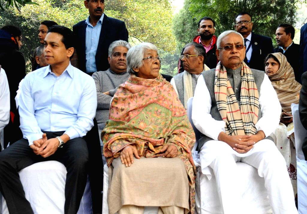 Bihar Chief Minister Nitish Kumar with Former Defence Minister George Fernandes' wife Leila Kabir and son Sean at his burial ceremony at the Christian cemetery on Prithviraj Road in New ... - Nitish Kumar and Fernandes