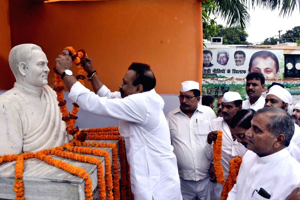 Bihar Congress Chief Ashok Choudhry pay tribute to former prime minister Rajiv Gandhi on his death anniversary, in Patna, on May 21, 2016. - Rajiv Gandhi
