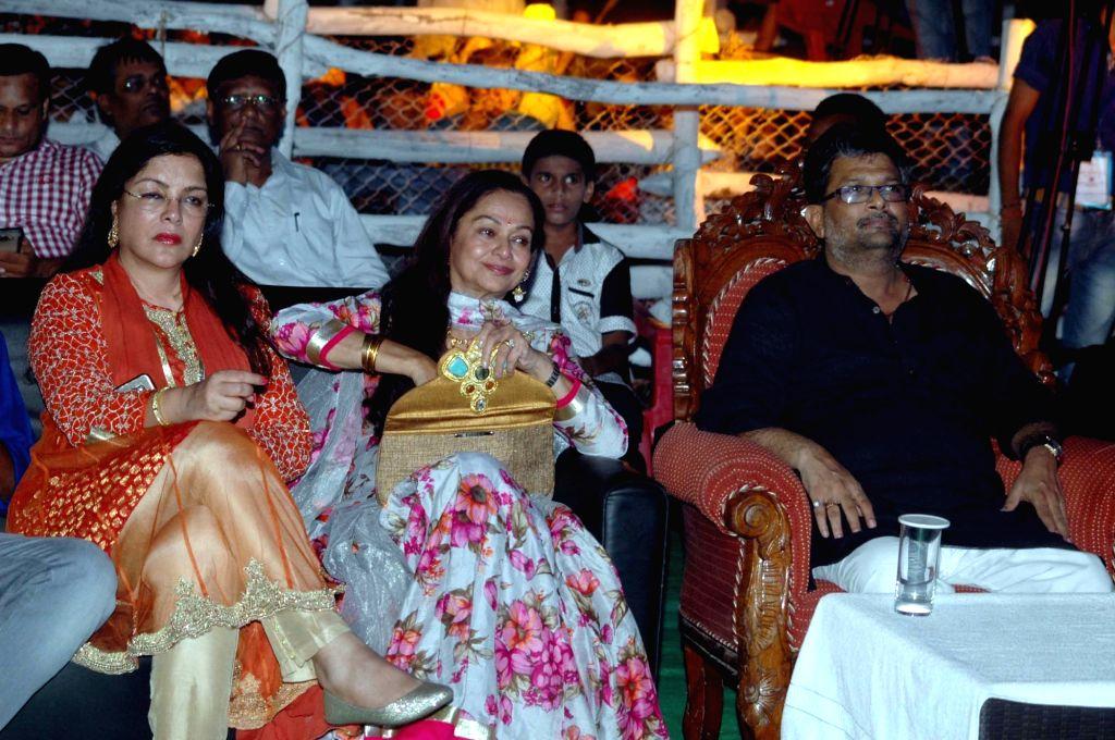 Bihar Cooperative Minister Alok Kumar Mehta, actresses Zeenat Aman and Zarina Wahab during a Dussehra Mahotsav programme in Patna on Oct 3, 2016. - Alok Kumar Mehta, Zeenat Aman and Zarina Wahab