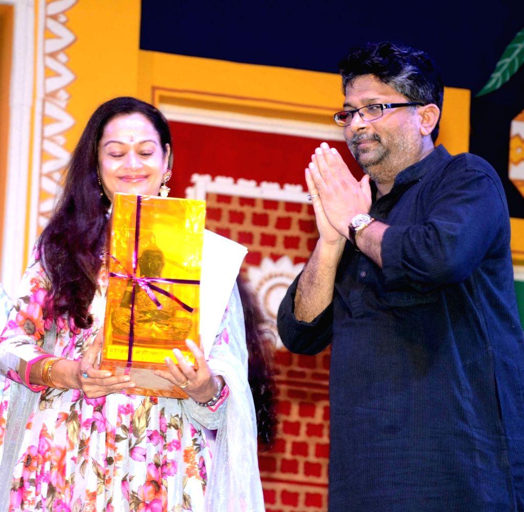 Bihar Cooperative Minister Alok Kumar Mehta felicitate actress Zarina Wahab during a Dussehra Mahotsav programme in Patna on Oct 3, 2016. - Alok Kumar Mehta