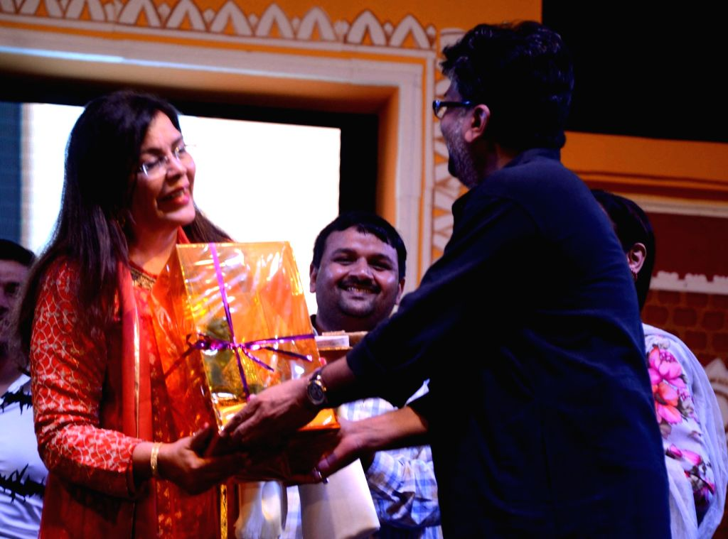 Bihar Cooperative Minister Alok Kumar Mehta felicitate actress Zeenat Aman during a Dussehra Mahotsav programme in Patna on Oct 3, 2016. - Alok Kumar Mehta