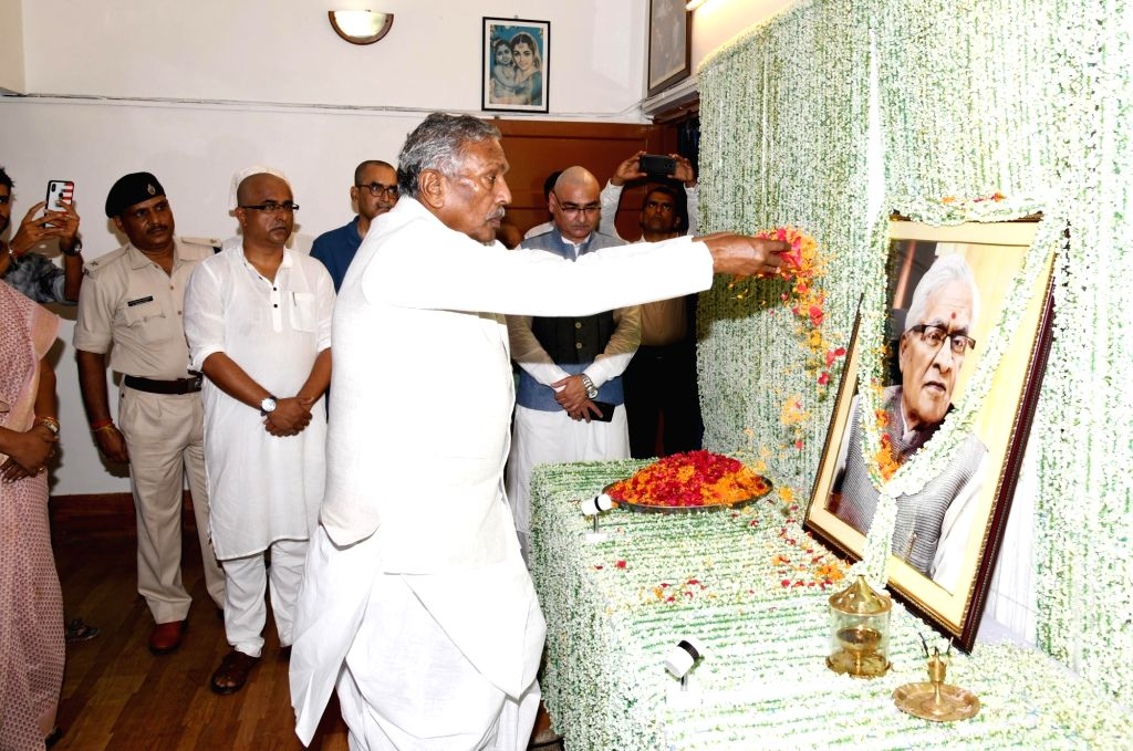 Bihar Governor Fagu Chauhan pays tributes to Former Chief Minister Jagannath Mishra at his residence in Patna, on Aug 29, 2019. - Jagannath Mishra and Fagu Chauhan