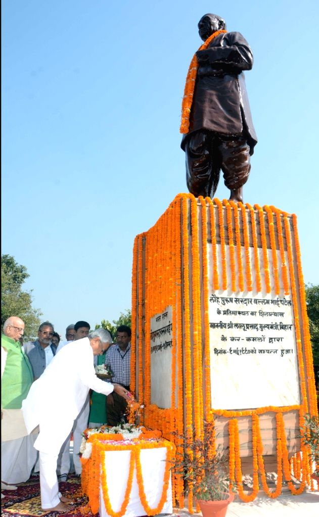 Bihar Governor Lalji Tandon and Chief Minister Nitish Kumar pay tributes to the country's first Home Minister Sardar Vallabhbhai Patel on his birth anniversary in Patna, on Oct 31, 2018. - Nitish Kumar and Sardar Vallabhbhai Patel