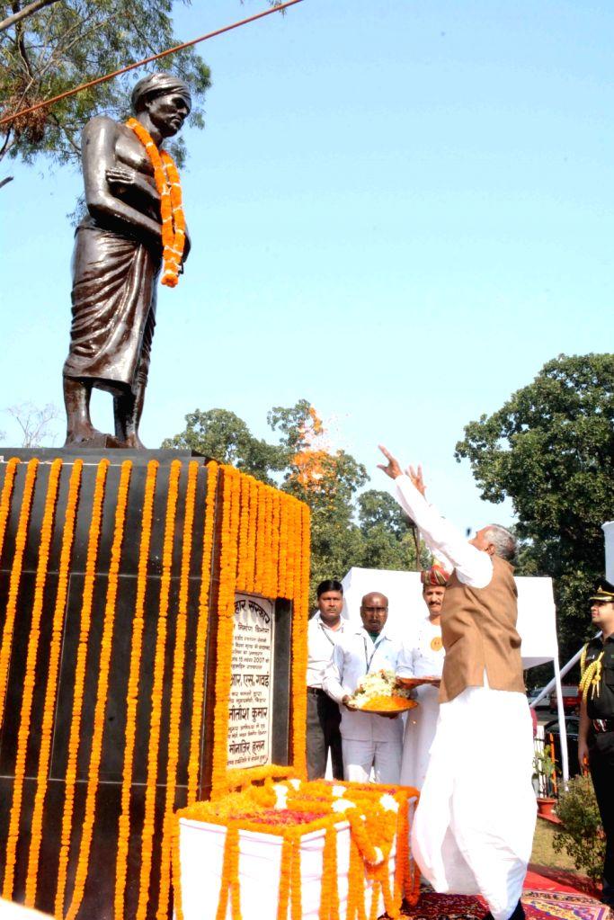 Bihar Governor Phagu Chauhan pays tributes to tribal leader Birsa Munda on his birth anniversary in Patna on Nov 15, 2019. - Phagu Chauhan and Birsa Munda