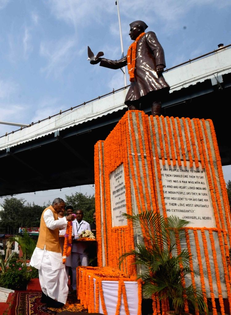 Bihar Governor Phagu Chauhan pays tributes to the country's first Prime Minister Pandit Jawaharlal Nehru on his 130th birth anniversary in Patna on Nov 14, 2019. - Pandit Jawaharlal Nehru and Phagu Chauhan