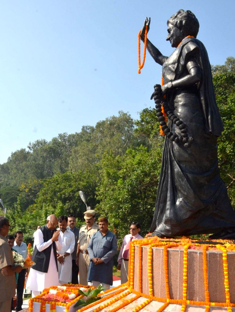 Bihar Governor Ram Nath Kovind pays floral tributes to a statue of Late Indira Gandhi, on her death anniversary in Patna on Oct 31, 2015. - Nath Kovind
