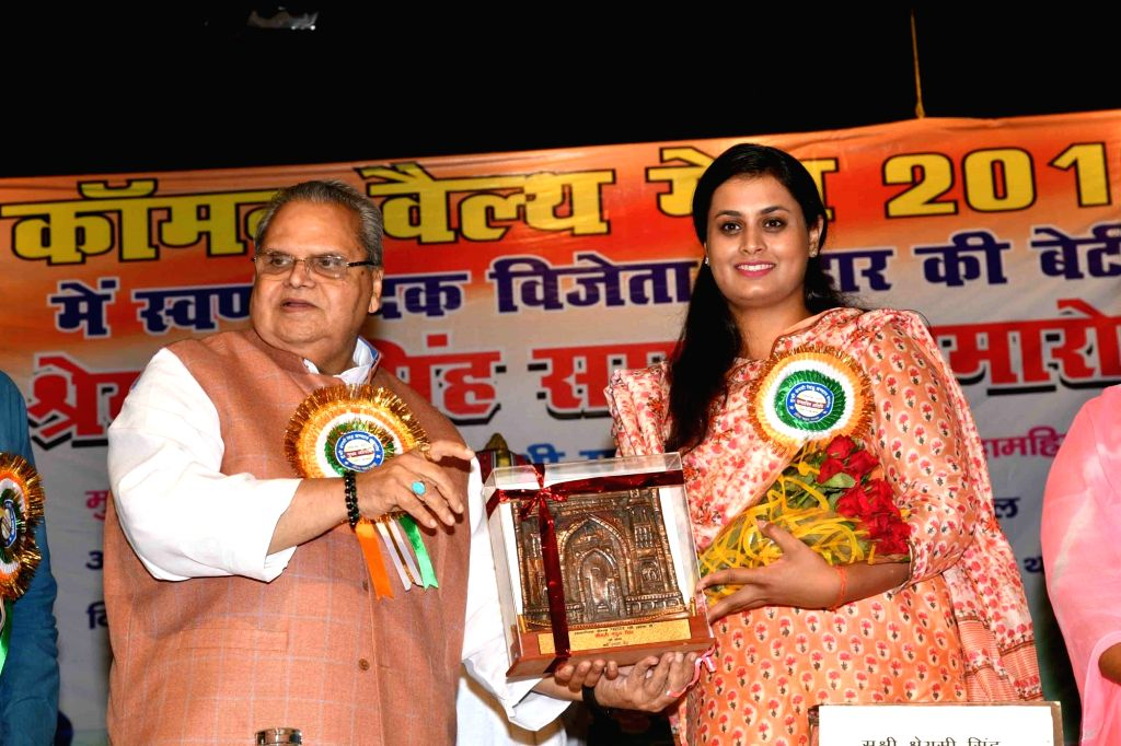 Bihar Governor Satya Pal Malik felicitates shooter Shreyasi Singh who had won Gold medal in the Women's Double Trap event at the 2018 Gold Coast Commonwealth Games, during a programme in ... - Malik and Shreyasi Singh
