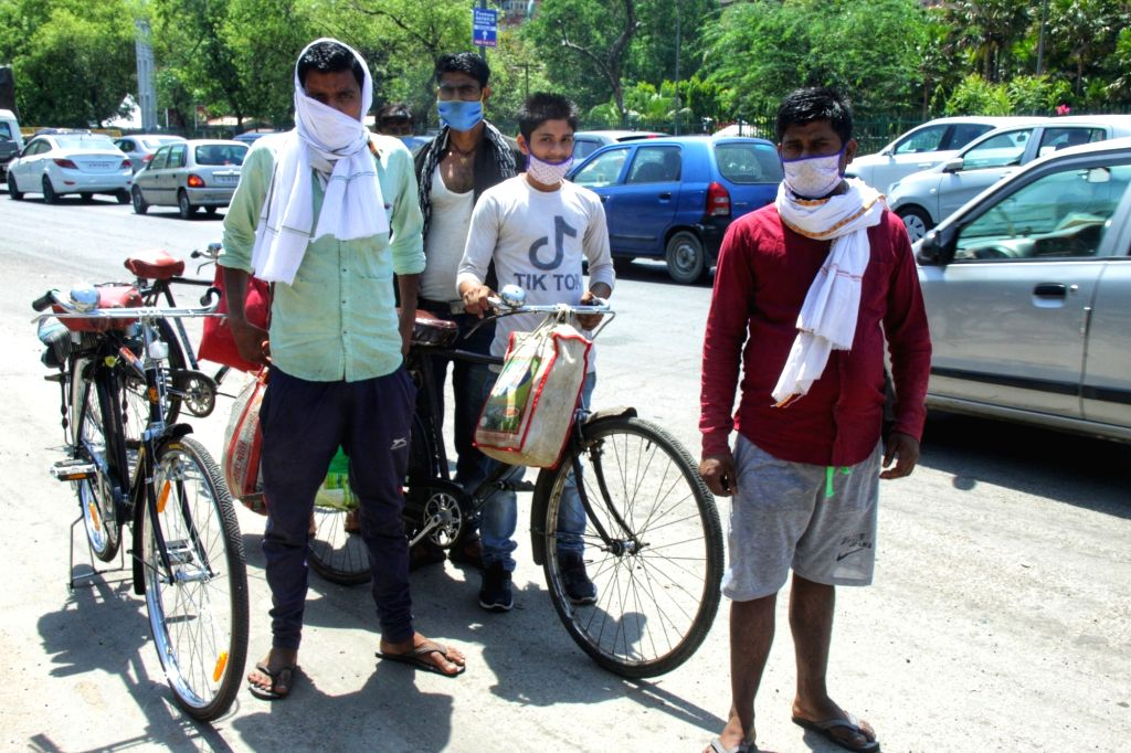 Bihar migrant workers who were stranded in Delhi due to the ongoing nationwide lockdown imposed to mitigate the spread of COVID-19 return back home on May 7, 2020. (Phto: IANS)