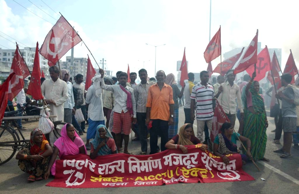 Bihar Rajya Nirman Mazdoor Union stages a demonstration to press for their various demands in Patna on Sept 19, 2017.