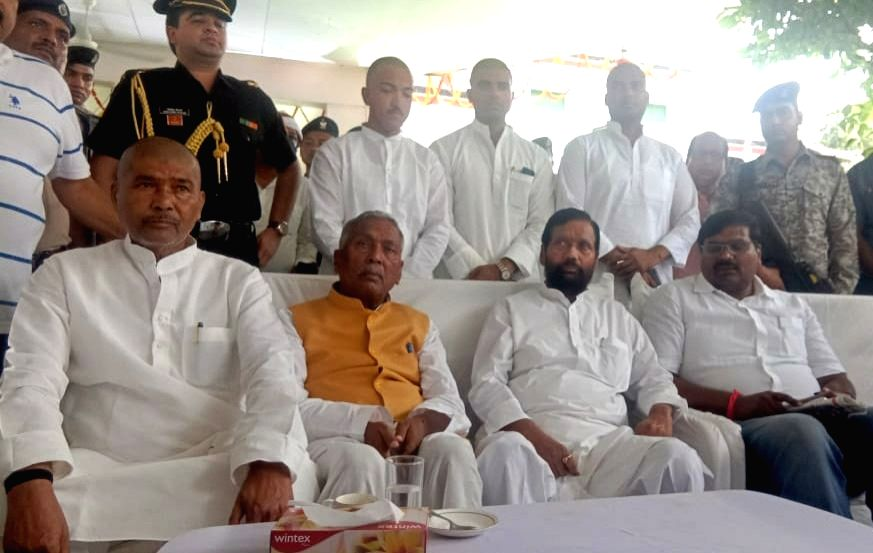 Bihar's new Governor Fagu Chauhan meets  LJP chief and Union Minister Ram Vilas Paswan at the party office, in Patna on Aug 3, 2019. - Ram Vilas Paswan and Fagu Chauhan