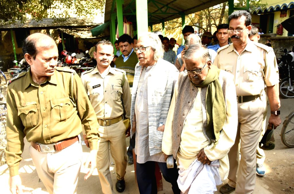 Birbhum: Former Vice-Chancellor Dilip Kumar Sinha (R) and ex-registrar Dilip Kumar Mukherjee (L) being taken away by Police after they were pronounced guilty in a case of conspiracy and forgery by Bolpur Court in the Birbhum district of West Bengal o - Dilip Kumar Mukherjee and Indrajit Roy