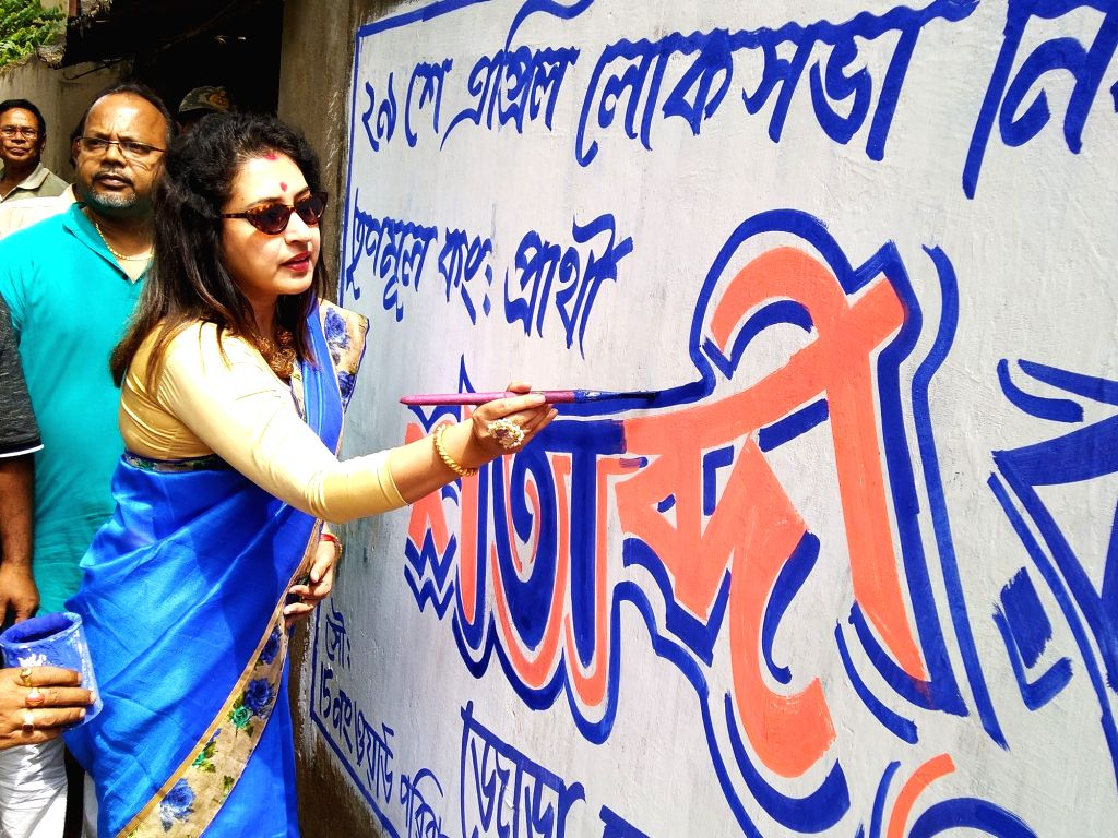 Birbhum (West Bengal): Trinamool Congress (TMC) leader Shatabdi Roy makes a graffiti as she begins campaigning for 2019 Lok Sabha polls in Sainthia of West Bengal's Birbhum district on March 15, 2019. - Shatabdi Roy
