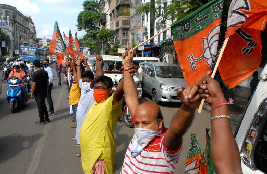 BJP activists form a human chain to express their support to Farm Laws 2020 and protest against the West Bengal Government, in Kolkata on Oct 6, 2020.