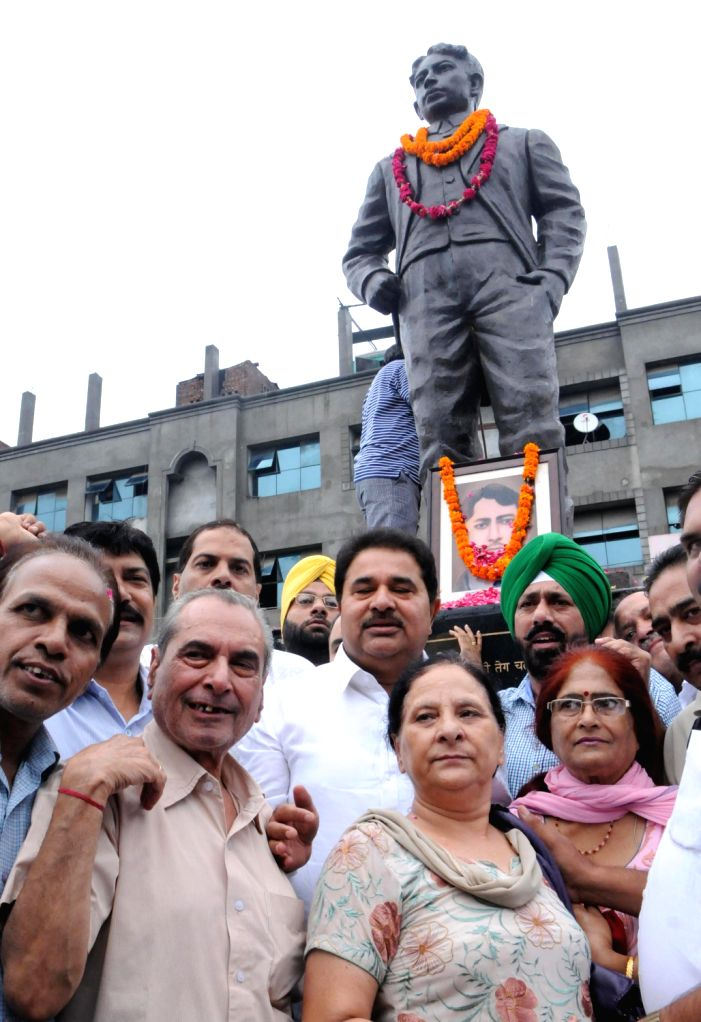 BJP and Congress leaders paying tribute on Martyrdom day of Legendary Freedom Fighter Madan Lal Dhingra on his 104th death anniversary held at Amritsar on August 17, 2013. (Photo::: IANS)