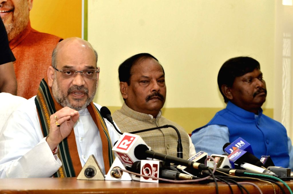 BJP chief Amit Shah addresses during a press conference in Ranchi on Sept 16, 2017. Also seen Jharkhand Chief Minister Raghubar Das. - Raghubar Das and Amit Shah