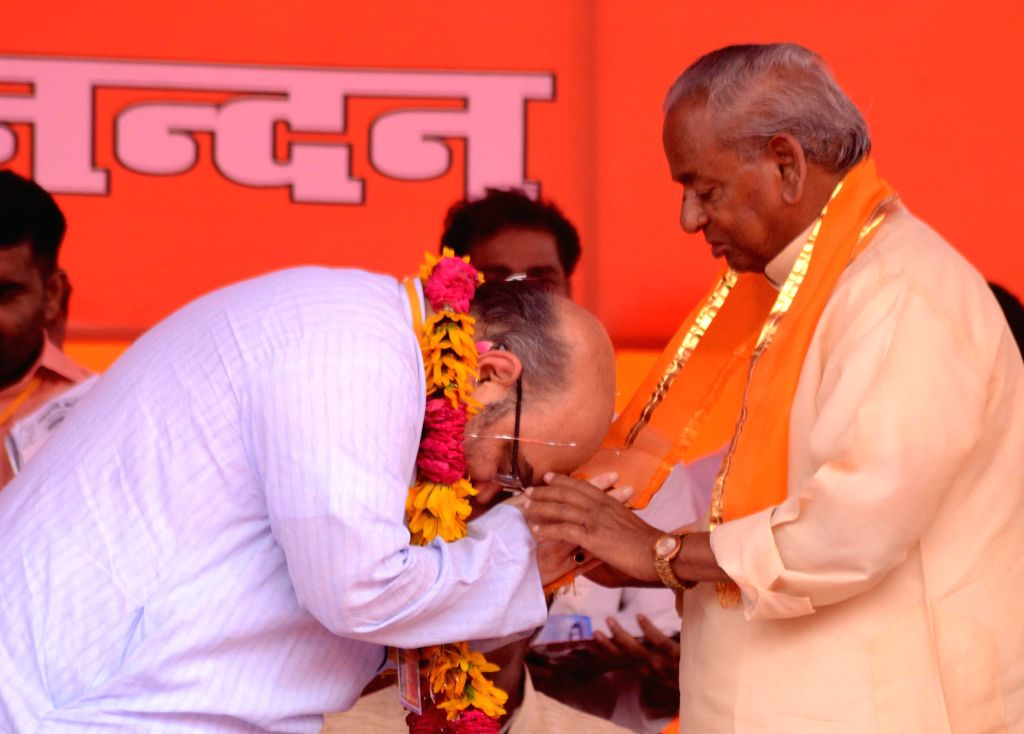 BJP chief Amit Shah bows before veteran politician Kalyan Singh during a party programme in Lucknow on Aug 19, 2014. - Kalyan Singh