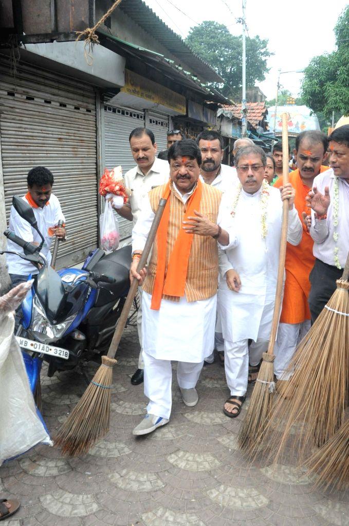 "BJP General Secretary Kailash Vijayvargiya participates in a cleanliness drive during ""Swachhata Hi Sewa"" campaign outside Kalighat Temple in Kolkata on Sep 17, 2017."