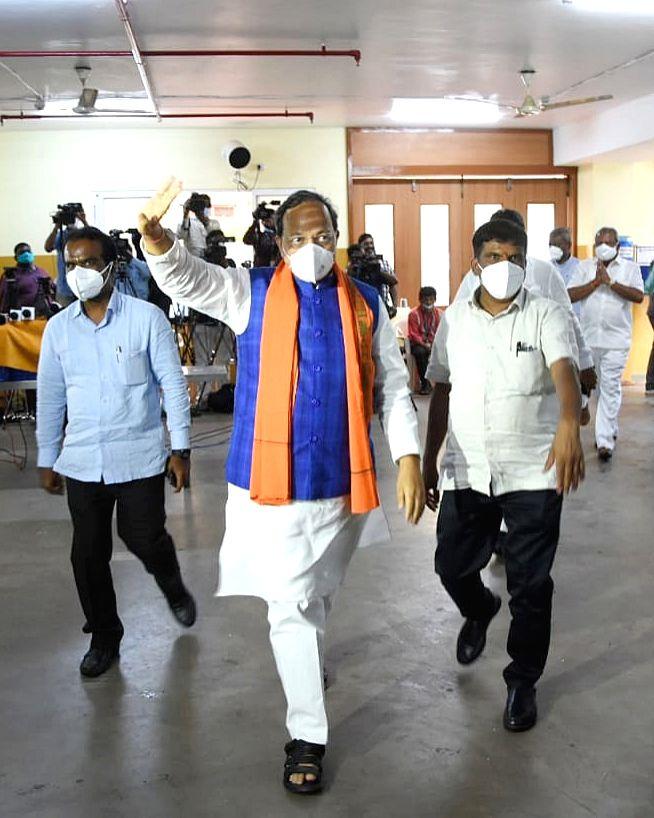 BJP Karnataka in-charge Arun Singh, BJP State President Nalin Kumar Kateel, Chief Minister of Karnataka BS Yeddiyurappa and BJP MLAs during a meeting at Jagannath Bhavan , in Bengaluru on Wednesday ... - Arun Singh and Nalin Kumar Kateel