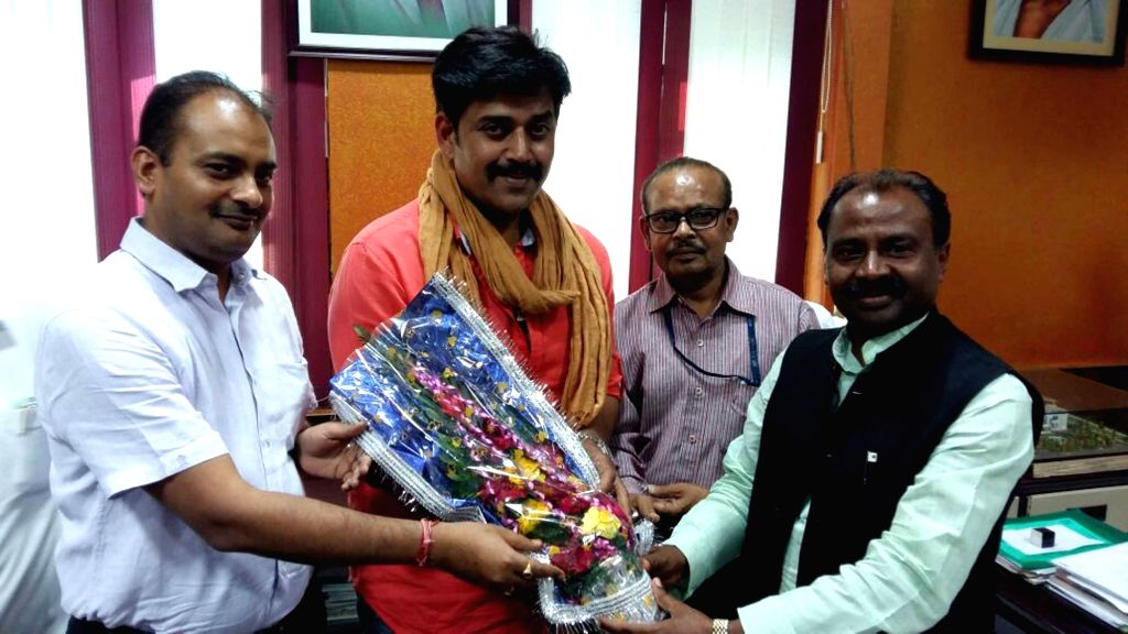 BJP leader and Bhojpuri actor Ravi Kishan being welcome by Bihar Art, Culture and Youth Department Minister Shiv Chandra Ram at his office secretariat in Patna on March 25, 2017. - Ravi Kishan