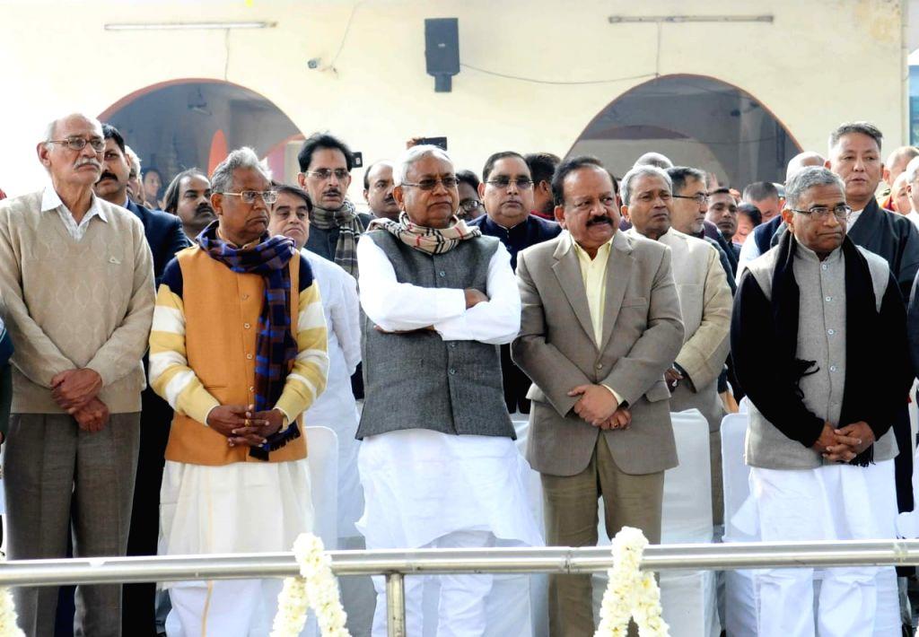 BJP leader Harsh Vardhan, Bihar Chief Minister Nitish Kumar, Rajya Sabha Deputy Chairman Harivansh Narayan Singh during the last rites of Former Defence Minister George Fernandes, who ... - Nitish Kumar, Harivansh Narayan Singh and Fernandes