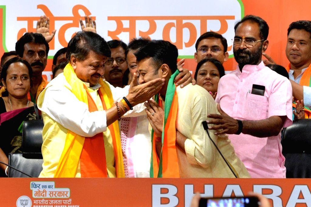 BJP leader Kailash Vijayvargiya welcomes suspended Trinamool Congress legislator and BJP leader Mukul Roy's son Subhrangshu Roy into the party at the BJP headquarters in New Delhi on May ... - Mukul Roy and Subhrangshu Roy