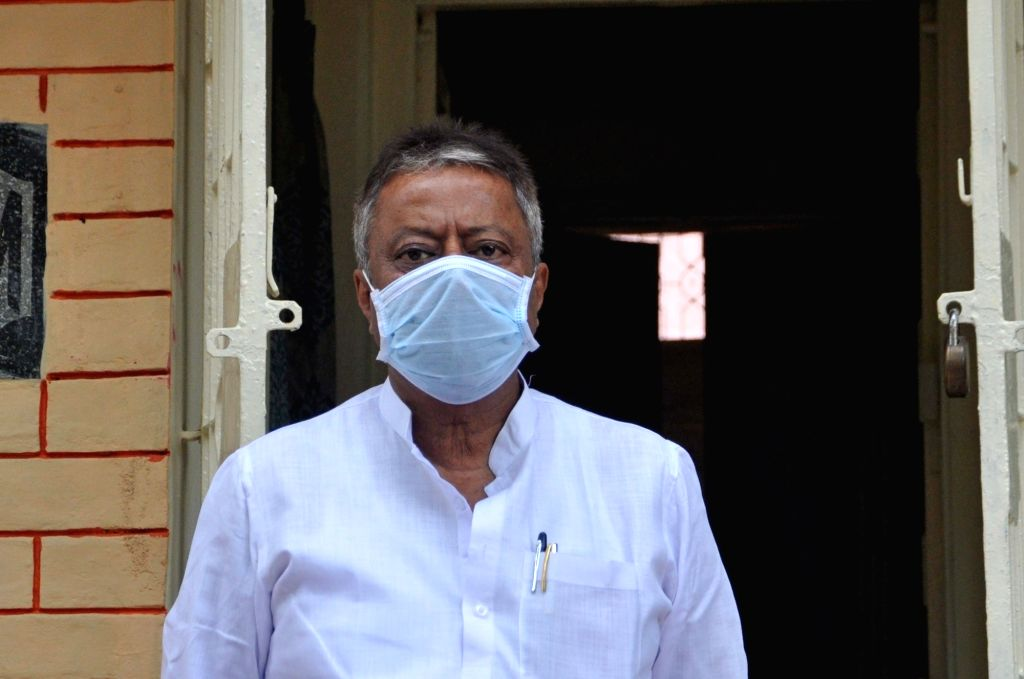 BJP leader Mukul Roy stages a demonstration against the State Government over the current situation of COVID 19 pandemic and related issues, at his residence in Kolkata during the extended ... - Mukul Roy