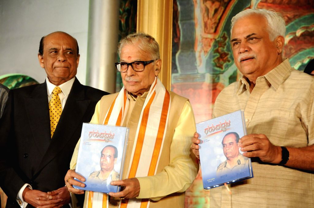 BJP leader Murli Manohar Joshi releases biography of  `Garudadhwaja` - BN Garudchar, Former Karnataka Police DG in Bangalore on Sept 7, 2014. - Murli Manohar Joshi