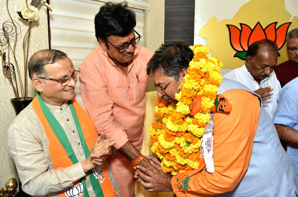 BJP leader Satish Poonia being greeted by other leaders of the party after he took charge as the party's Rajasthan unit President in Jaipur on Oct 8, 2019.
