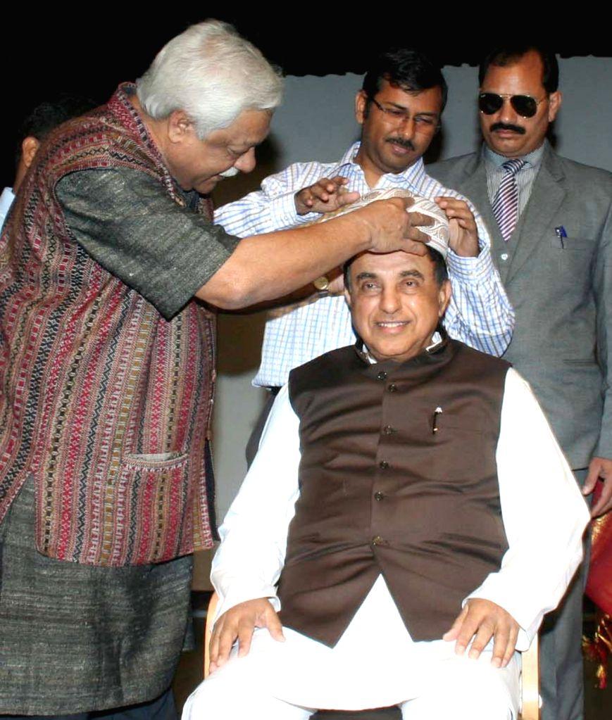 BJP leader Subramaniam Swamy being felicitated during a programme on Netaji Subhash Chandra Bose at Bharatiya Vidya Bhavan in Bengaluru, on Nov 14, 2015.