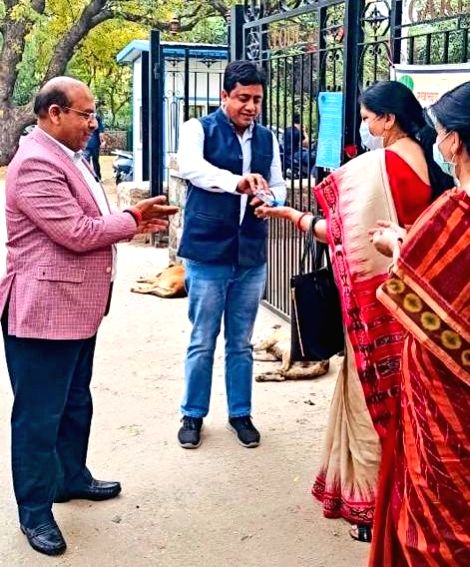 BJP leader Sunil Yadav distributes sanitisers and roses among people to spread awareness among them on measures they should take to contain the spread of COVID-19, in New Delhi on March 21, 2020. - Sunil Yadav