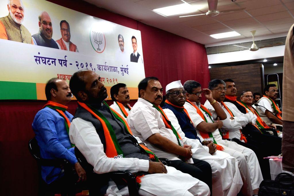 BJP leaders Hansraj Gangaram Ahir, Eknath Khadse, Haribhau Bagde, Vinay Puranik, Chandrakant Bacchu Patil and Devendra Fadnavis during a workshop organised by the party, in Mumbai on Nov 15, ... - Chandrakant Bacchu Patil