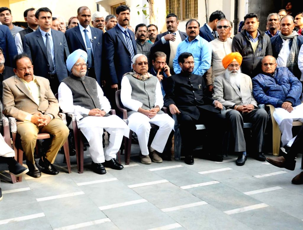 BJP leaders Harsh Vardhan, Ram Vilas Paswan and Nitish Kumar, Former Prime Minister Manmohan Singh during the last rites of Former Defence Minister George Fernandes, who passed away at the ... - Manmohan Singh, Nitish Kumar and Fernandes