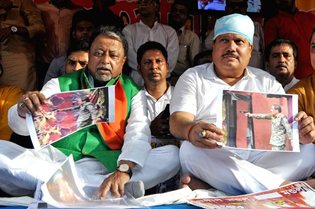 BJP leaders Mukul Roy and Arjun Singh stage a demonstration against Sandeshkhali killings, in Kolkata on Sep 4, 2019. - Mukul Roy and Arjun Singh