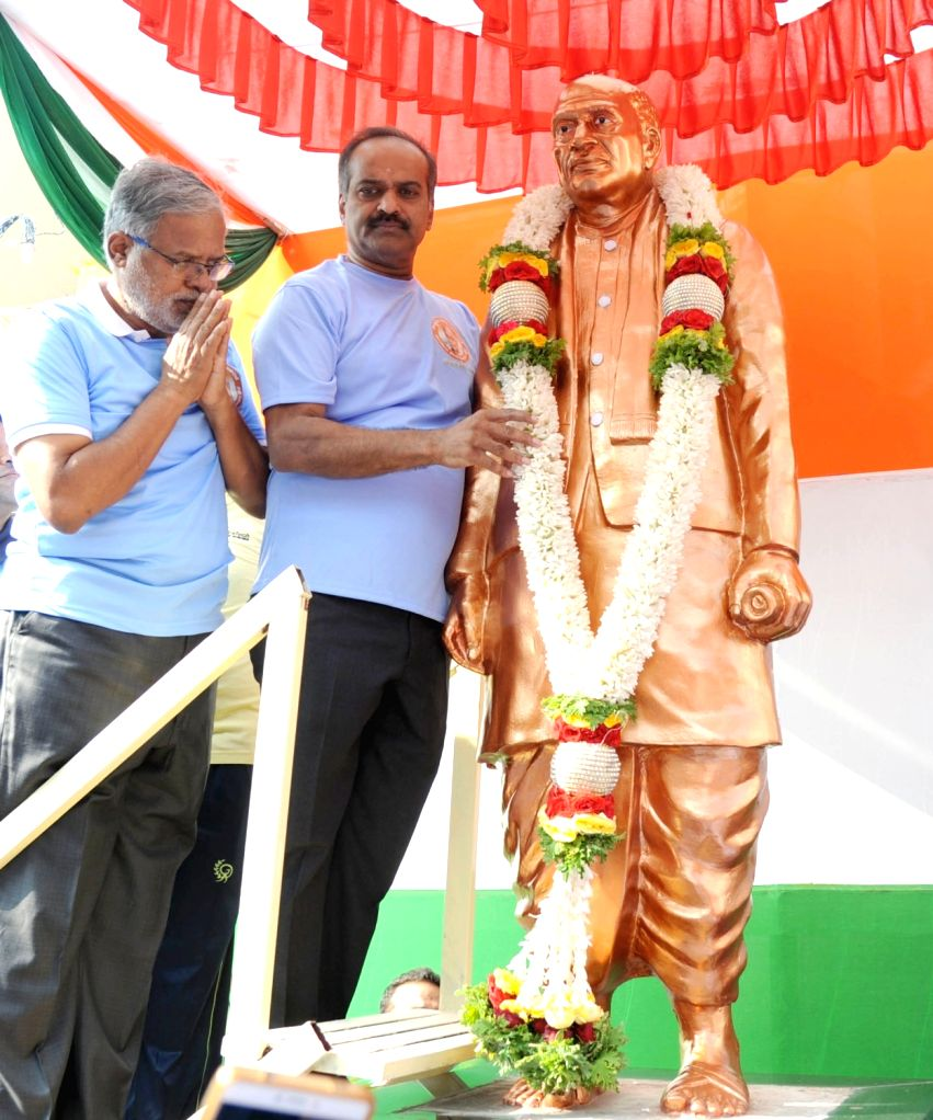 BJP leaders PC Mohan and Suresh Kumar pay tributes to the country's first Home Minister Sardar Vallabhbhai Patel on his birth anniversary in Bengaluru on Oct 31, 2018. - Sardar Vallabhbhai Patel and Suresh Kumar