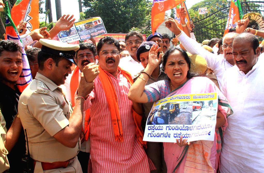 BJP leaders R Ashok and Shobha Karandlaje stage a demonstration to press for their demands outside Bruhat Bengaluru Mahanagara Palike (BBMP) office in Bengaluru on Oct 11, 2017.