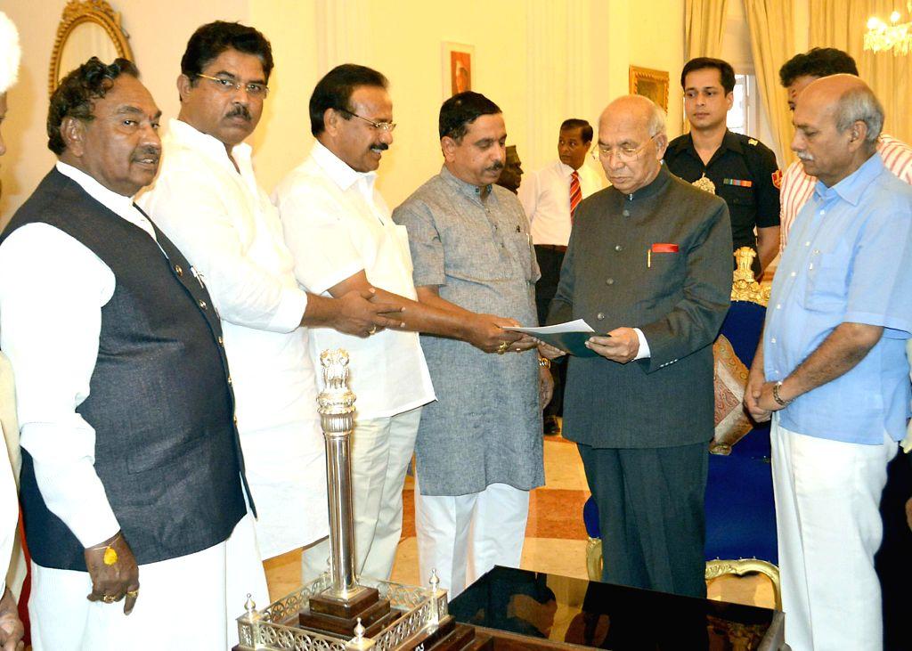 BJP leaders R Ashok, D.V. Sadananda Gowda, Prahlad Joshi, KS Eeshwarappa and Katta Subramaiam Naidu  submit a memorandum to Karnataka Governor H.R Bharadwaj against Congress led Karnataka Government . - Prahlad Joshi and Katta Subramaiam Naidu